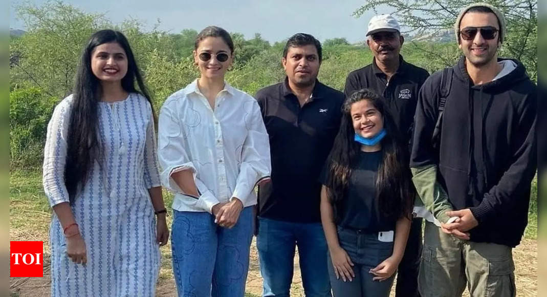 Alia Bhatt and Ranbir Kapoor happily poses with fans in these unseen pictures from Jodhpur | Hindi Movie News
